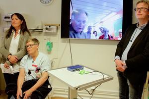 Läkaren i Hede deltar i undersökningen i Funäsdalen via skärm.