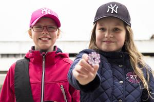 Hilma Olsson och Vilma Jernberg är två av många barn som säljer majblommor på Bollnäs gator.