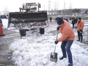 Funktionärerna fick hämta snö från kallare trakter för att bygga ut banan.