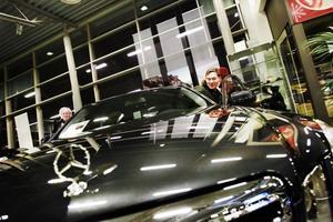 PÅ JAKT. Pentti Peltonen (till höger) är ute efter en bruksbil lämplig för familjen. Säljaren Kenneth Jacobsson vid Wikmans bil i Gävle hoppas kunna övertyga honom.