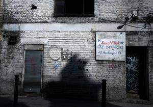 Man behöver inte förflytta sig långt från etablissemangets påkostade byggnader i City för att upptäcka hur slitet och förfallet många stadsdelar i London är. Adressen syns på skylten. 45 Hanbury Street ligger i Whitechapel i East End.