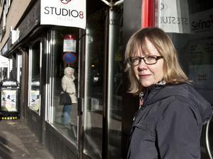 Siw Söder åker mestadels buss eller cyklar, men hon tycker ändå att bilarna ska få köra förbi Rådhustorget.– För affärernas skull, säger hon.