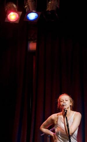 Med humorn som vapen. Poeten och skådespelaren Kata Nilsson       gläntade på dörren och tog fasta på tonåringens tuffa tillvaro i dagens samhälle. Men också berättelsen om 35-årige Jan med lyckligt slut.Foto: Ulrika Andersson