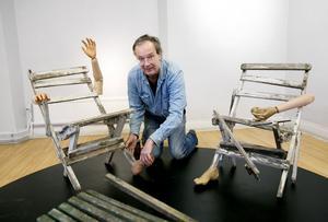 """Installerar. Olle Magnusson sätter upp sin installation """"Kompisar från förr"""", där han visar sin farfars gamla trädgårdsmöbler kombinerade med delar från plastdockor.Foto: Paola N Andersson"""