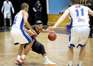 Umeås pg Omar Krayem var matchens lirare med 27 poäng och 8 assists. Här i duell mot Andreas Person.