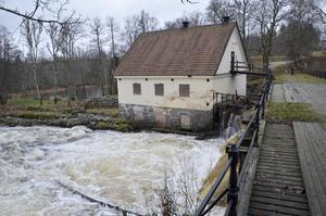 Järle är klassat som riksintresse mad anor ända bak till 1500-talet. I bakgrunden kvarnen som under senare tid tjänat som kraftverk.