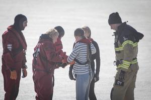 Innan promenaden ut mot vattnet fick varje elev ett sele fastspänd i en räddningslina på sig.
