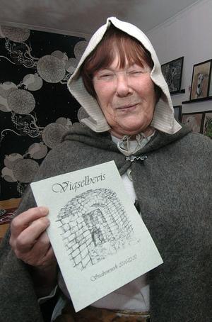 Konstnären Marianne Ling från Svabensverk har gjort de vackra vigselbevisen som de som gifter sig på herrgården får.