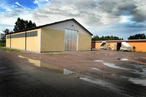 Kommunen gav klartecken för bygge av lagerlokaler vid Bernö trädgårdcentrum. Men sedan blev det ett svartbygge, efter protester från grannar. Nu måste en av lokalerna rivas och det blir kommunen som får stå för kostnaden på drygt 1 miljon kronor.
