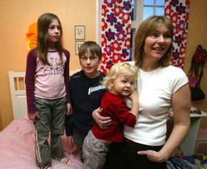 Vi hade det jobbigt ett tag, men nu har vi en jättehärlig familj, säger Katarina Bylund, som tycker att fler familjer borde få chansen att gå Komet-programmet. Fosterbarnen Sandra, Marcus och Linnea trivs också med att stämningen i familjen blivit bättre.