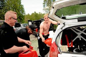 Tankar. Niklas Pettersson från MK Fagersta passade på att ge både bilen och sig själv ny energi under stoppet vid Råsshallen.