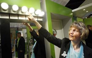 Olika lågenergilampor ger olika ljus, men ingen är riktigt lik glödlampan. I det energismarta huset kan man jämföra, visar Berit Carlsson från Energimyndigheten, en av de myndigheter som står bakom utställningen.