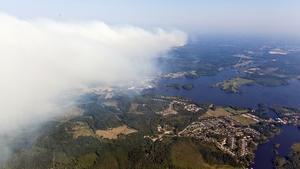 Brandröken väller in över Virsbo.