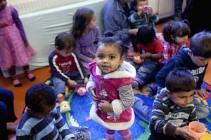 Mayar strålar av glädje. On av ett av 15 barn på den nyöppnade barnavdelningen hos Vårö  föräldrakooperativ i Utansjö