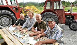 Traktorgrupp. Kjell-Åke Wijk, Pauline Bergström, Christofer Kärrdahl och Rolf Iversen arrangerar årets traktorträff i Ullersäter lördag 28 juni.