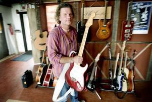 GITARRER. Claes Svedberg är musiker men har inga problem med att skiljas från sina instrument.