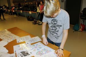 Alvin Hillberg i årskurs 6 i Sjöängsskolan försöker även han att lösa ett av de kluriga spelen i matte.