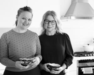 Pionjärer på disktrasans historia. Åsa Kax Ideberg har en bakgrund i reklam- och design. och Anna-Karin Murén beskriver sig som skribent, fotograf, stylist och konstvetare. Hon är uppväxt i Valbo och gick gymnasiet på Borgarskolan. Båda har pluggat på Högskolan i Gävle.