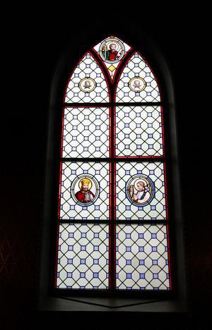 De blyinfattade fönstren är dekorerade med kulturhistoriskt intressanta fönstermålningar.