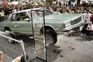 På Power big meet i Västerås, världens största bilträff med amerikanska bilar, arrangerades det höjdhopp med bil.