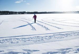 När det blir långtråkigt och Alice känner sig lite frusen spårar hon sitt namn i snön.