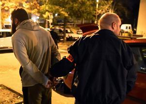 En man grips av fransk polis efter ett tillslag i Toulouse på måndagsmorgonen.