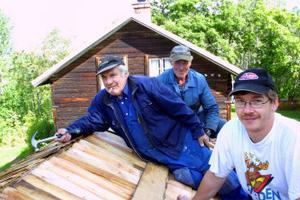 Sture Sundin, Roland Morsk och Tommie Johansson på sockenmagasinets spåntak.