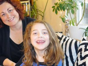 Jenny Ericsson och Frida med sjuårsgluggen.