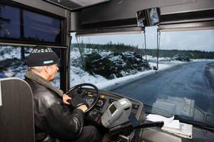 """""""Jag bjuder på en skakande upplevelse två gånger om dagen"""", säger Mikael Norrman från Ottsjön, som kör skolbussen.Foto: Jan Andersson"""