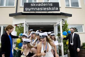 2016: För 12:e året i rad tog sistaårselever adjö av Skvaderns gymnasieskola. 157 elever i sex olika klasser fick hålla extra hårt i mössan i den kraftiga vinden, men det stoppade inte det goda humöret.