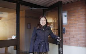 Anniqa Tengström har mycket frihet i sitt yrke, men hon måste alltid vara tillgänglig. Hon håller regelbundet koll på mobilen för att snabbt kunna svara när en kund eller intressent har sökt henne.