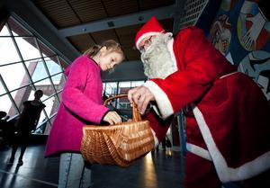 Nioåriga Selene Bergendahl fick smaka godis som den snälle tomten Bengt-Erik Larsson delade ut när alla gäster anlände till festen.