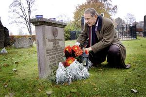 Jan Eliasson hedrar Ewald Persson i samband med FN-dagen för två år sedan. Eliasson fyllde 21 år samma dag som Hammarskjöld och Ewald Persson omkom.