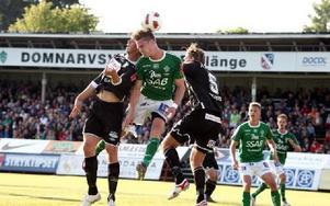 EN KÄMPE. Alltid kämpastarke Mattias Wiklöf når högst i kampen med två motståndare.