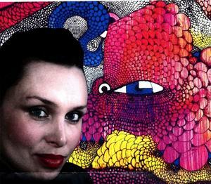 Gatukonstnären Carolina Falkholt, signaturen Blue, livemålar en stor husgavel i Härnösand i dag.