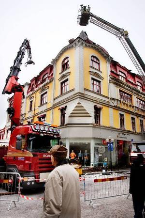 Det är fortfarande osäkert om fasaden på det brandhärjade Centralpalatset i Östersund går att rädda. Den tekniska utredningen kan dröja upp till en månad.Foto: Ulrika Andersson