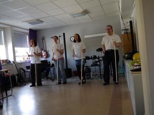 Pedagogen Karin Ohlsén och tre elever.
