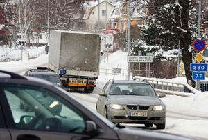 Genom det nya förslaget till dragning av väg 77 läggs  mycket av bortåt fyra års arbete läggs i papperskorgen. Och ytterligare ett antal år kommer långtradartrafiken till och från Kapellskär att tråckla sig igenom Rimbo tätort, skriver Ola Stenberg. Foto: Stig-Göran Nilsson.