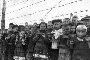 Allsidig belysning av ett svårt ämne ger nyanserade kunskaper, och sådana motverkar det hat som leder till krig och förtryck. Inte minst barn drabbas hårt i krig. Här barn i ett koncentrationsläger i sovjetiska Karelen under andra världskriget.