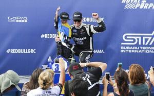 Patrik Sandell firar en seger tillsammans med sonen Anton.
