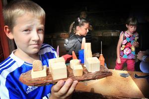 Gunnar Karlsson, 8, Värmdö, passade på att bygga en pråm i verkstaden.