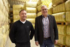 Lättelements inköpschef Lars Nylund och vd:n Ulf Strinnholm framför lagret av isolering.