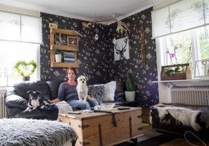 Vardagsrummet är ett av Evelinas favoritrum. Här blandar hon gammalt med nytt, mycket med inspiration från naturen.