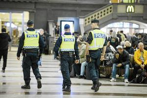 Poliser patrullerar på Stockholms centralstation efter ett terrorhot.