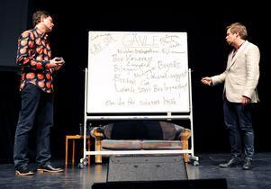 Fredrik Wikingsson och Filip Hammar framför de positiva ingredienser som publiken röstade fram. Det blev till slut Bocken… tyvärr!
