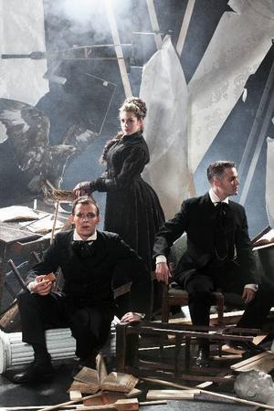 """Jens Ohlin, Jennie Silfverhjelm och Hannes Meidal gör rollerna  i Strindbergs klassiska triangeldrama """"Fordringsägare"""". Foto: Mats Bäcker"""