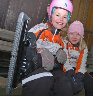 Förväntansfulla sätter Elin Danielsson, till vänster, och Jonna Bäcksholm på sig långfärdsskridskor för en tur i Rättviks Arena.
