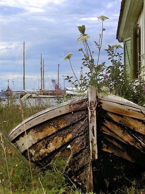 Den här båten har nog legat uppdragen på stranden i många år. Fann den i somras när vi tagit natthamn i Herrvik under SS Aros eskadersegling Gotland Runt.