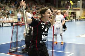 Alexander Galante Carlström skriker ut sin glädje efter ett av hans fyra mål när IBF Falun besegrade Helsingborg med 8–3.