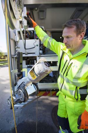 Specialkamera. Mikael Tens från Mälarenergi visar en av de kameror som används för att inspektera avloppsledningarna i Skiljeboområdet. Syftet är att se om det finns något som hindrar regnvattnet från att komma fram i avloppen.Foto: Tony Persson